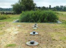Pour traiter les effluents vinicoles, les filtres plantés de roseaux sont disposés après un système de «boues activées», comme ici au Château Castéra (Médoc), développé par la société Agro Environnement. Photos: Syntea