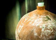 Le chai du Château La Peyre mélange terre cuite et inox. Photos: B. Darde/Pixel image
