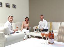 Le champagne Vollereaux est présent au Canada depuis un an et demi, un succès pour Franck et Hélène Vollereaux, et Julien Breuzon (à gauche), leur responsable export. Photo : Champagne Vollereaux