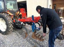 Gilles Nougalliat fait partie des vignerons de Vacquières (34) ayant arrêté les herbicides. L'enherbement est en place un rang sur deux. Photo : Séverine Favre/Pixel image
