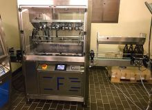 La première cireuse de bouteilles 100 % automatique, du constructeur Fichet Distribution. Dix de ces machines fonctionnent actuellement chez des clients de la société, pour la plupart vignerons en côte de Nuits ou côtes  de Beaune.