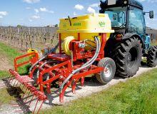 Le constructeur espagnol Aguirre, basé à Pampelune, spécialiste du semis direct en grandes cultures, vient  de mettre au point un nouveau semoir pneumatique pour  le semis direct de couverts végétaux en viticulture.