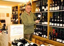 Frédéric Bossis, gérant  du Wine Beer Supermarket de Roscoff (29).