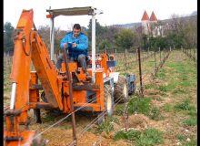 Pour creuser une fosse, il vous faut une micro-pelle ou un tracteur équipé d'un godet.