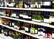 En 2016, 9,5millions d'hl de vin ont été achetés en grandes surfaces. Le recul des ventes se poursuit en vins rouges, les vins blancs se maintiennent en volume. Après plusieurs années de hausse, les ventes de vins rosés ont enregistré une légère perte en volume  par rapport à 2015 (-1%). Globalement, sur l'ensemble du segment, les ventes diminuent. © Adisa/Fotolia