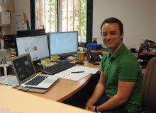 François Reynaud, chargé de communication digitale, à son poste de travail : 3 écrans d'ordinateurs rien que pour lui ! Photo : A. Domenach/Pixel image