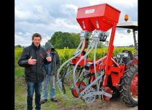 Tom Dumoulin, gérant de la société Carbure Technologies, et son semoir dédié aux vignes. Photo : O.Lévêque/Pixel6TM