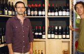 Jean-Marie Charles (à droite) et Pascal Fresnais (à gauche) ont ouvert l'Angevigne début 2013 à Angers, un bar à vins spécialisé bio et vins natures. Photo : O. Lévêque/pixel image