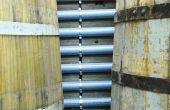 Les tubes fixés au mur par Olivier Sauvaitre pour ranger ses tuyaux sont en PVC de type «gouttièreà eau pluviale ». © O. Sauvaitre