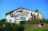 Bouteille géante, pancarte, ou peinture murale, tous les moyens sont bons pour signaler la présence du domaine. Ici, la façade du hangar du domaine Carlin-Pinson à Crézancy-en-Sancerre (18): bien visible et peinte par deux street artistes (Sismik et Azot) de surcroît. DR