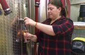 Avec la vente directe de vin en vrac, Marie-Françoise Devichi peut prendre le temps d'expliquer son métier autour des cuves. Photos: Devichi