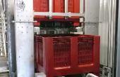 Les caisses-palettes montent par un «ascenseur» pour atteindre les pressoirs. Photos: Ingévin