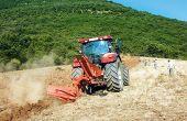 Labour de défoncement, un peu moins d'un an avant la plantation. Mais le procédé ne fait pas l'unanimité. Photos : M. Brun/Pixel image