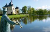 Jean-Michel Folon a laissé son empreinte au Château d'Arsac avec cette sculpture en bronze installée en 2002. Elle matérialise la sérénité et le calme du domaine.  Photo : Château d'Arsac