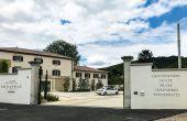 Un grand parking accueillant et une entrée bien visible depuis la route départementale pour  Le Caveau du Château,  de la maison Guigal.