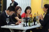 Acheteurs chinois buvant du vin