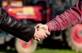 L'entraide est un contrat d'échange de services à titre gratuit entre agriculteurs. © Budimir Jevtic/Fotolia