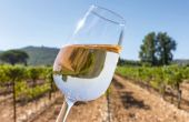 En rosé, les consommateurs attendent un vin de couleur pâle aux nuances fluo ou un orangé provençal.  L'objectif est d'obtenir un ICM final entre 0,2 et 0,5. Photo : francis bonami - fotolia