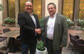Hervé Schwendenmann (à gauche), succède à Jacques Cattin à la présidence du syndicat des producteurs de crémant d'Alsace