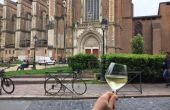 Paul Louis Coudoumie, un sommelier un verre à la main devant l'eglise Saint Cernin de Toulouse, un lieu incontournable de la ville rose. Credit photo : Paul-Louis Coudoumie