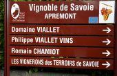 Exemple d'une démarche concertée, depuis deux ans, les cinq communes viticoles du Parc naturel régional de Chartreuse bénéficient d'une signalétique viticole harmonieuse. Photo : PNR Chartreuse